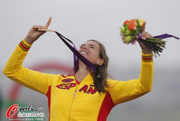 奥运图:西班牙老将帆船夺冠 手指天空