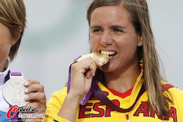奥运图:西班牙老将帆船夺冠 咬金牌