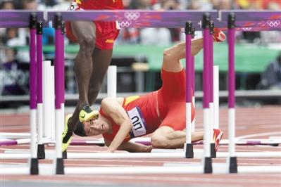 左脚踹在第一个栏架上,刘翔倒地后表情痛苦。