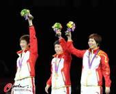 奥运图:中国女乒团体成功卫冕 举花庆祝