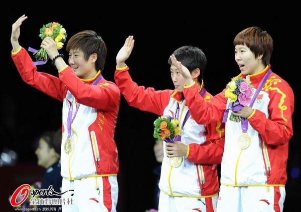 奥运图:中国女乒团体成功卫冕 向观众示意
