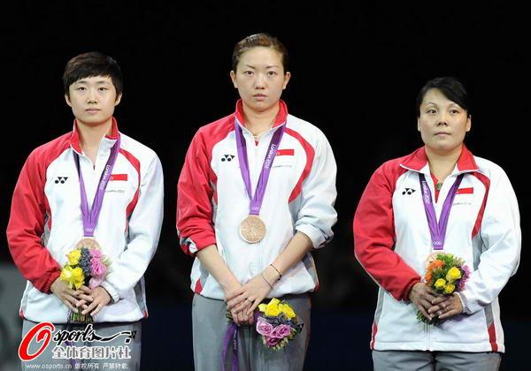 奥运图:中国女乒团体成功卫冕 新加坡女团淡定