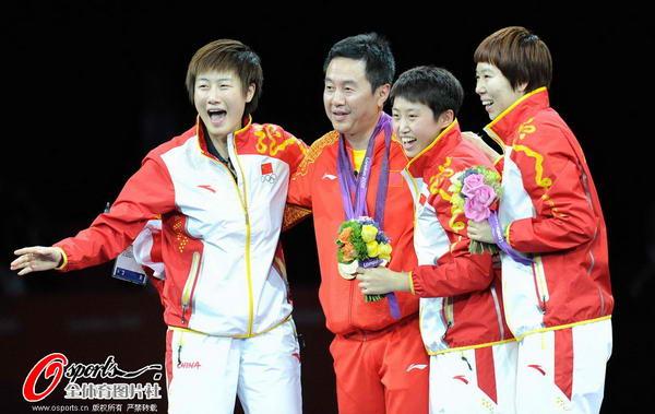 奥运图:中国女乒团体成功卫冕 教练同登领奖台