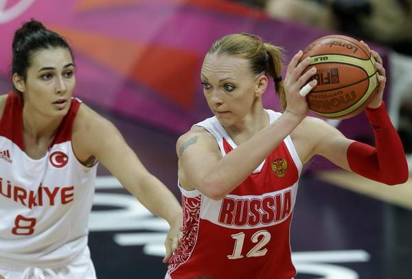 奥运图:俄罗斯女篮险胜土耳其 持球背打