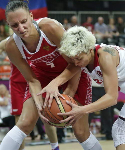 奥运图:俄罗斯女篮险胜土耳其 争抢球权