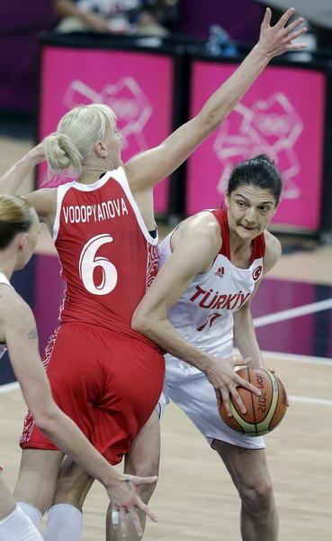 奥运图:俄罗斯女篮险胜土耳其 准备传球
