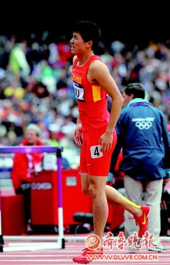 刘翔单脚跳完成比赛后退场。 新华社发