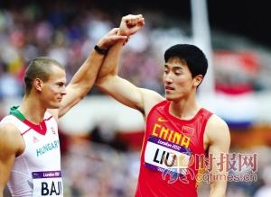 赛后,同组对手举起刘翔的手臂