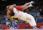 奥运图:雷扎伊摔跤96公斤级夺冠 兴奋拥抱教练