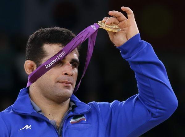 奥运图:雷扎伊摔跤96公斤级夺冠 展示金牌