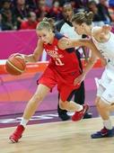 奥运图:女篮捷克迎战法国 埃尔霍托娃过人