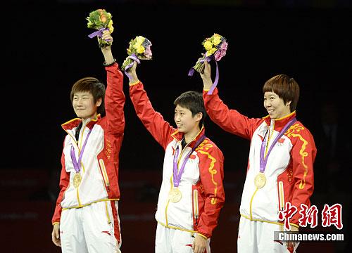 图为中国队登台领奖。记者 廖攀 摄