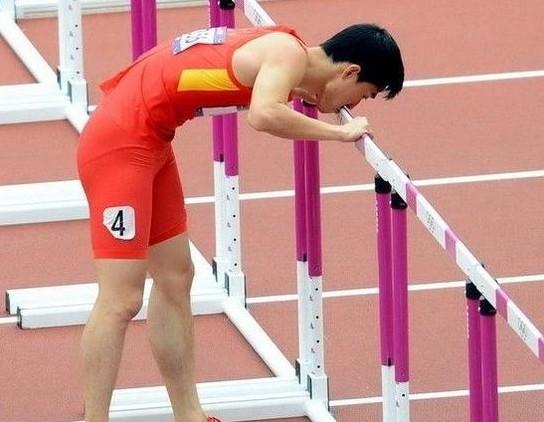 刘翔亲吻栏架。