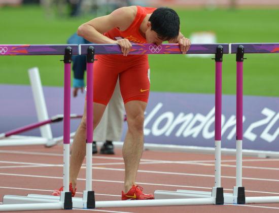 刘翔在赛后亲吻栏杆