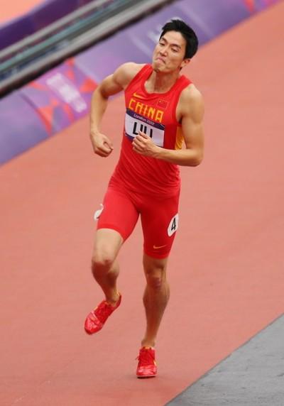 刘翔单脚跳到终点完成比赛