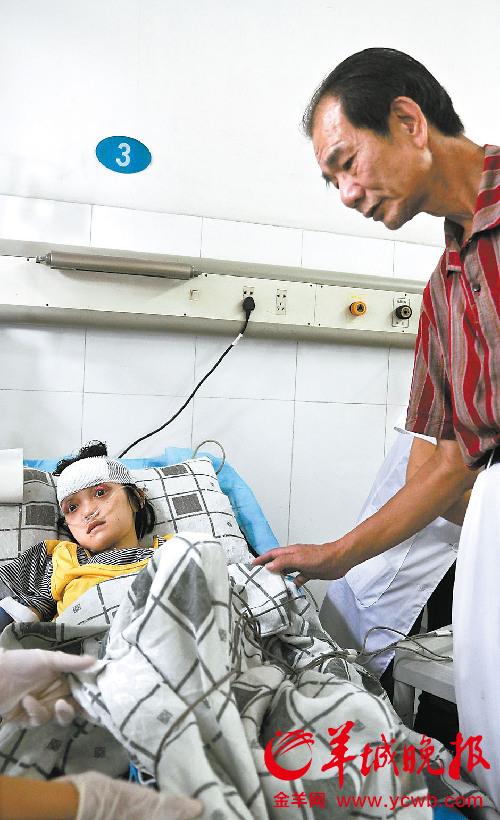 区伯在医院看望王敏 羊城晚报记者 郑迅 实习生 林芷培 摄