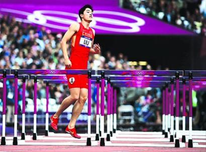 刘翔单脚跳着跑向终点,赢得全场数万观众的掌声和尊重。
