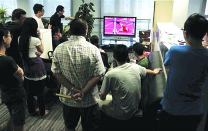 某单位的办公室里,人们聚集在电视机前