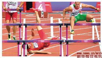 刘翔(中)在比赛中碰栏摔倒。