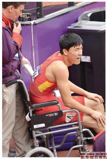 刘翔受伤后,被工作人员用轮椅推出赛场。