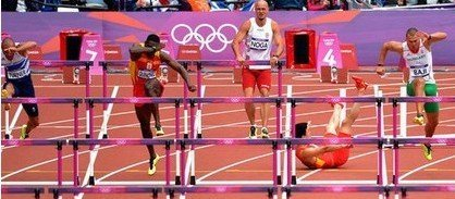 昨日的伦敦奥运会田径男子110米栏预赛上,刘翔意外摔倒,无缘次轮比赛。中国体育代表团新闻发言人昨日表示,刘翔在比赛中不幸受伤,经医生诊断,确认右脚跟腱断裂。