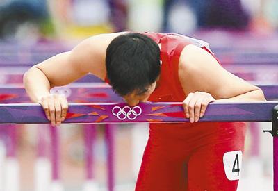 北京时间8月7日,中国选手刘翔出战伦敦奥运会110米栏预赛。刘翔在出发后摔倒,无缘半决赛,在跳着完成全程后,他俯下身,亲吻了最后一个栏架。