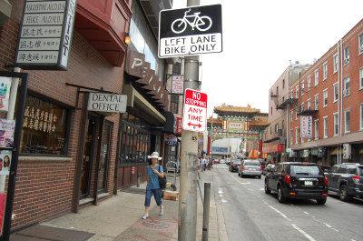 费城华埠10街自行车专用道取消,市政府近期将重铺路面,还原九个月前的双线车道。(刘麟 摄)