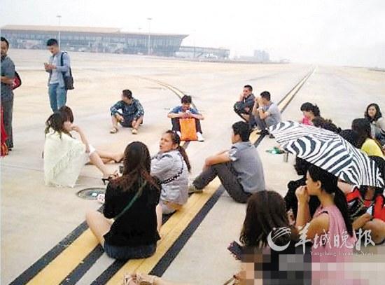0余乘客坐跑道拦飞机 发泄对航班延误不满图片