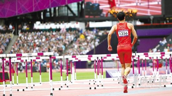 刘翔摔倒后单脚跳向终点新华社记者李明 摄