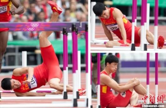 当地时间8月7日,在伦敦奥运会110米栏预赛中,刘翔在起跑跨过第一个栏后就摔倒在地。随后,刘翔的右脚无法落地,用一只左脚跑到了终点,最终被淘汰出局。(拼版图片)记者 盛佳鹏 摄