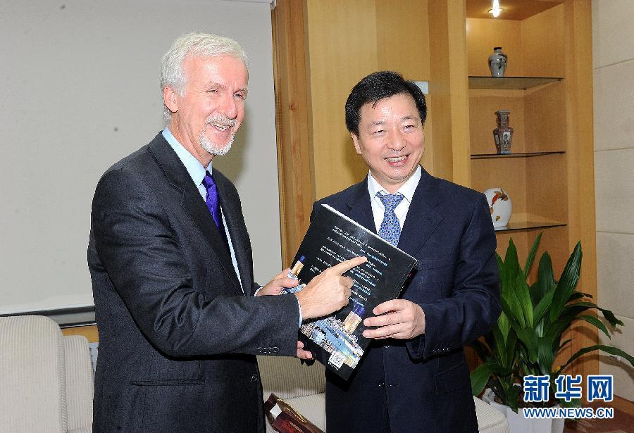 卡梅隆/8月8日,中国外文局局长周明伟(右)向好莱坞著名导演詹姆斯·...