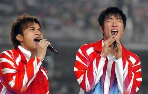8月7日,飞人刘翔首次现身伦敦奥运会,参加110米栏预赛,却因受伤未能完成比赛。不少观众为刘翔献上祝福,其中不乏众多娱乐明星。而他与众多明星的合影都尽数曝光。