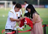 图文:[中超]恒大积极备战 孔卡为美女球迷签名