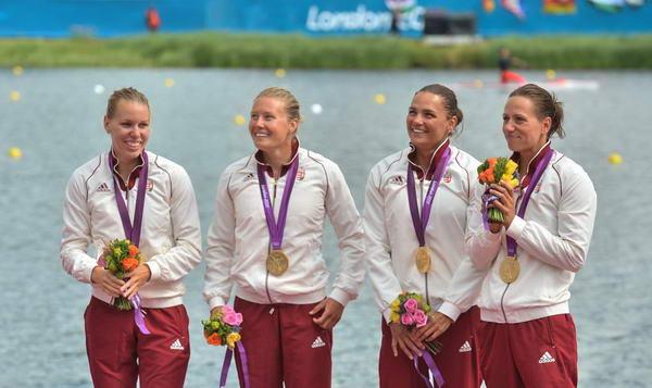 奥运图:女子四人皮艇匈牙利夺冠 喜笑颜开