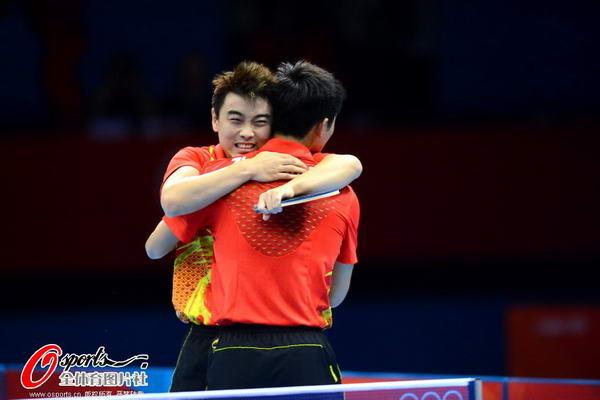 奥运图:中国王者之师横扫卫冕 好兄弟拥抱
