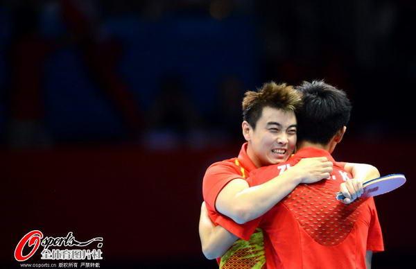 奥运图:中国王者之师横扫卫冕 紧紧相拥
