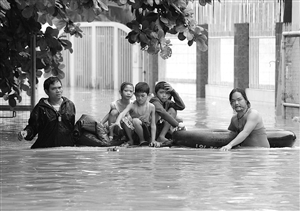 8月8日,在菲律宾首都马尼拉郊区,几名孩子在成年人的帮助下从家中转移