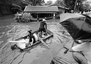 居民划船在洪水中前行