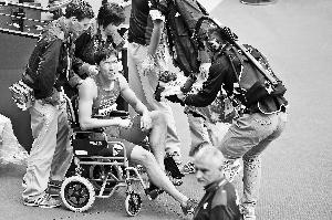 受伤后,刘翔只能依靠轮椅代步。
