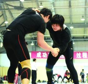 北京时间8月9日20时,沈阳女孩王娇将亮相伦敦奥运会赛场,出战女子摔跤自由式72公斤级资格赛,就此踏上卫冕征程。