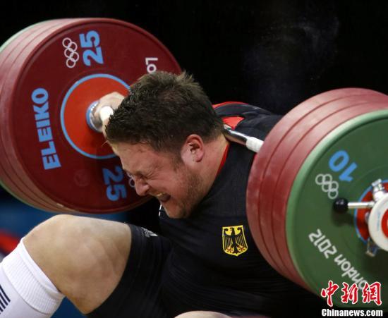 当地时间2012年8月7日,伦敦奥运会,德国举重选手施泰纳惨遭杠铃压颈,场面惊险让人不寒而栗。东方IC 版权作品 请勿转载