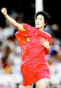 湖北日报讯 图为:刘翔在雅典奥运会男子110米栏比赛中夺得金牌后庆贺。 (新华社发)