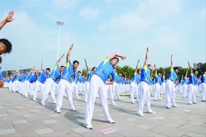 全国第四套健身秧歌_全民健身日 万人同做广播体操(图)-搜狐滚动