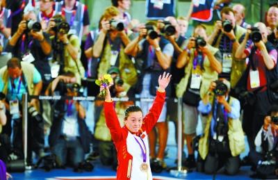 郭爽在自行车女子争先赛颁奖仪式上。新华社发