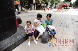 大渡口步行街,初中生刘辰、刘杨、杨语(从左到初中如何政治课上好图片