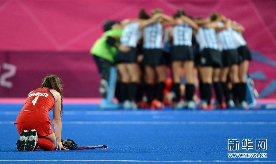 2012年8月8日,曲棍球阿根廷队晋级决赛。图为,阿根廷队球员赛后向观众致意。当日,在伦敦奥运会女子曲棍球半决赛中,阿根廷队以2比1战胜英国队,晋级决赛。 新华社记者 陶希夷