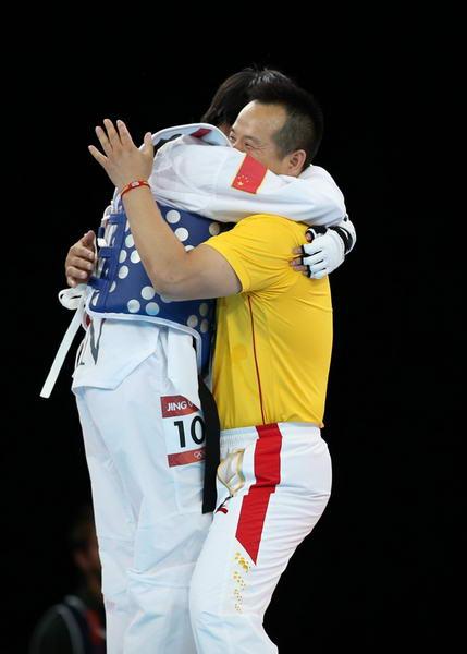 奥运图:吴静钰卫冕大吼庆祝 与教练激情拥抱