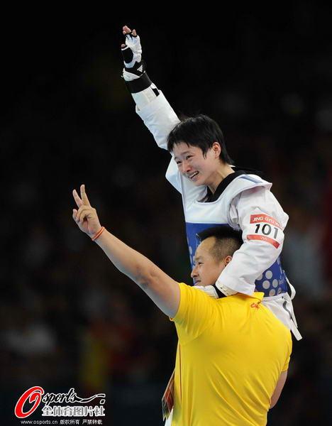 奥运图:吴静钰卫冕大吼庆祝 与教练一同庆祝