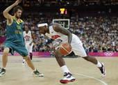 奥运图:美国男篮大胜澳大利亚 詹姆斯持球突破