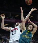 奥运图:美国男篮大胜澳大利亚 争抢篮板